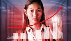 Zusammengesetztes Bild der ernsten Geschäftsfrau ihre Hand zeigend Lizenzfreies Stockbild