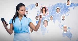 Zusammengesetztes Bild der ernsten Geschäftsfrau mit Taschenrechnerschreiben mit Stift stockbild