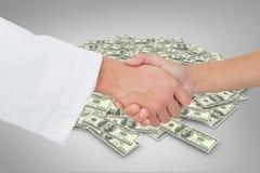 Zusammengesetztes Bild der extremen Nahaufnahme eines Doktors und des Patienten, die Hände rütteln Lizenzfreies Stockfoto