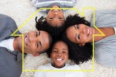 Zusammengesetztes Bild der Familie auf Boden mit Köpfen zusammen lizenzfreies stockfoto