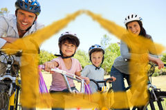 Zusammengesetztes Bild der Familie mit ihren Fahrrädern Stockfoto