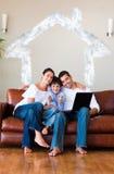 Zusammengesetztes Bild der Familie unter Verwendung eines Laptops mit den Daumen up und copyspace Stockbild