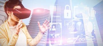 Zusammengesetztes Bild der Frau, die Kopfhörer der virtuellen Realität verwendet stockbilder