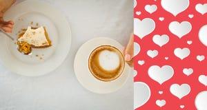 Zusammengesetztes Bild der Frau, die Kuchen und Kaffee trinkt Lizenzfreies Stockbild