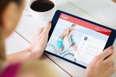 Zusammengesetztes Bild der Frau, die Tabletten-PC verwendet Stockbild