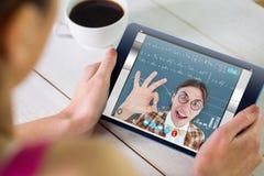 Zusammengesetztes Bild der Frau, die Tabletten-PC verwendet Stockbilder