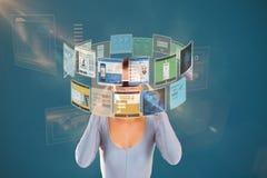 Zusammengesetztes Bild der Frau, die virtuelle Videogläser 3d verwendet Stockfotografie
