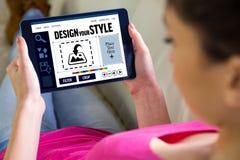 Zusammengesetztes Bild der Frau, die zu Hause Tablette verwendet Lizenzfreies Stockfoto