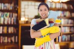 Zusammengesetztes Bild der Frau ihre Reinigungswerkzeuge fast fallenlassend Stockfoto