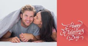 Zusammengesetztes Bild der Frau ihren Ehemann küssend Lizenzfreie Stockfotos