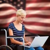 Zusammengesetztes Bild der Frau im Rollstuhl unter Verwendung des Computers Lizenzfreie Stockfotos