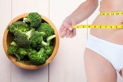 Zusammengesetztes Bild der Frau und des Gemüses Lizenzfreie Stockfotografie