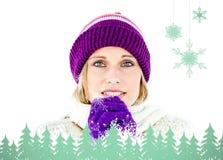 Zusammengesetztes Bild der freezed tragenden Kappe und der Handschuhe der Frau Lizenzfreie Stockbilder