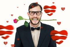 Zusammengesetztes Bild der geeky Hippie-Holding stieg zwischen Zähne Lizenzfreie Stockfotos
