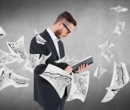 Zusammengesetztes Bild der geeky Lesung des jungen Mannes vom Schwarzbuch Lizenzfreie Stockfotos