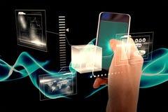Zusammengesetztes Bild der geernteten Hand des Mannes, der Handy 3d verwendet Stockfotografie