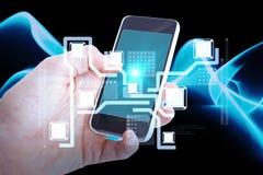 Zusammengesetztes Bild der geernteten Hand des Mannes, der Smartphone 3d verwendet Lizenzfreie Stockfotografie
