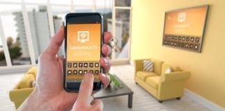 Zusammengesetztes Bild der geernteten Hand unter Verwendung des Handys Lizenzfreies Stockfoto