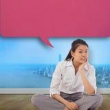 Zusammengesetztes Bild der Geschäftsfrau das quere mit Beinen versehene Denken mit Spracheblase sitzend Lizenzfreie Stockbilder