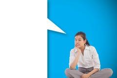 Zusammengesetztes Bild der Geschäftsfrau das quere mit Beinen versehene Denken mit Spracheblase sitzend Stockbild