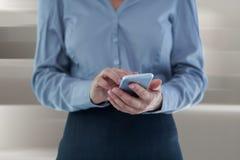 Zusammengesetztes Bild der Geschäftsfrau, die intelligentes Telefon verwendet Lizenzfreie Stockfotos