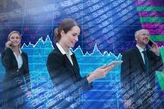 Zusammengesetztes Bild der Geschäftsfrau, die Tablette während Kollegen sprechen am Telefon verwendet stockbilder