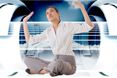 Zusammengesetztes Bild der Geschäftsfrau queres mit Beinen versehenes hochdrücken sitzend Lizenzfreies Stockbild