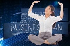 Zusammengesetztes Bild der Geschäftsfrau queres mit Beinen versehenes hochdrücken sitzend Lizenzfreie Stockfotografie