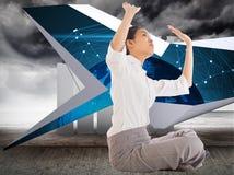 Zusammengesetztes Bild der Geschäftsfrau queres mit Beinen versehenes hochdrücken sitzend Stockbilder