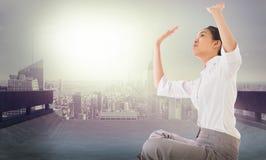 Zusammengesetztes Bild der Geschäftsfrau queres mit Beinen versehenes hochdrücken sitzend Lizenzfreie Stockfotos