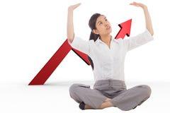 Zusammengesetztes Bild der Geschäftsfrau queres mit Beinen versehenes hochdrücken sitzend Stockbild