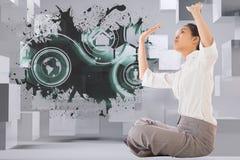 Zusammengesetztes Bild der Geschäftsfrau queres mit Beinen versehenes hochdrücken sitzend Lizenzfreie Stockbilder