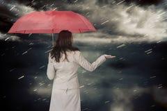 Zusammengesetztes Bild der Geschäftsfrau Regenschirm halten Lizenzfreies Stockfoto