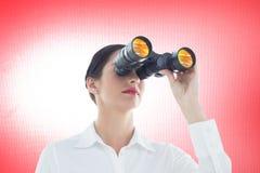 Zusammengesetztes Bild der Geschäftsfrau schauend durch Ferngläser Lizenzfreies Stockfoto
