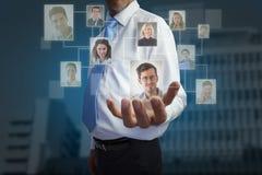Zusammengesetztes Bild der Geschäftsmannholding teilen aus lizenzfreies stockbild