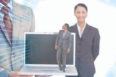 Zusammengesetztes Bild der Geschäftsmannstellung und -c$schauens Stockbild
