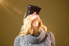Zusammengesetztes Bild der glücklichen blonden Frau, die Kopfhörer der virtuellen Realität verwendet Lizenzfreie Stockfotos