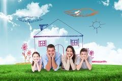 Zusammengesetztes Bild der glücklichen Familie liegend mit Kopf in den Händen Stockbilder
