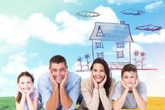 Zusammengesetztes Bild der glücklichen Familie liegend mit Kopf in den Händen Stockbild