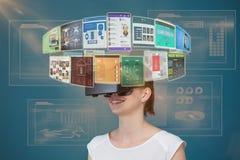Zusammengesetztes Bild der glücklichen Frau Kopfhörer 3d erfahrend der virtuellen Realität Lizenzfreie Stockbilder