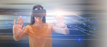 Zusammengesetztes Bild der glücklichen jungen gestikulierenden Frau bei der Anwendung von Gläsern der virtuellen Realität Lizenzfreie Stockbilder