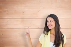 Zusammengesetztes Bild der glücklichen zufälligen Frau, die oben zeigt Stockfoto