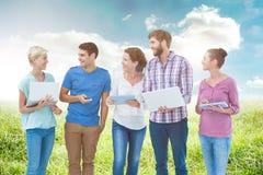 Zusammengesetztes Bild der Gruppe junger Kollegen, die Laptop und Tablette verwenden Stockbilder