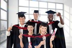 Zusammengesetztes Bild der Gruppe von Personen graduierend vom College stockbild