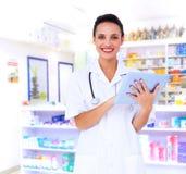 Zusammengesetztes Bild der hübschen Krankenschwester, die Tabletten-PC verwendet Stockfotos