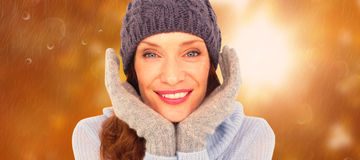 Zusammengesetztes Bild der hübschen Rothaarigen in der warmen Kleidung lizenzfreies stockfoto