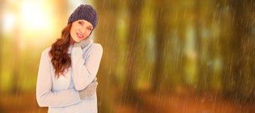 Zusammengesetztes Bild der hübschen Rothaarigen in der warmen Kleidung lizenzfreie stockbilder