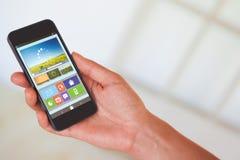 Zusammengesetztes Bild der Hand der Frau schwarzen Smartphone halten Stockbilder