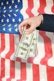 Zusammengesetztes Bild der Hand hundert Dollarscheine halten Lizenzfreie Stockbilder