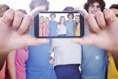 Zusammengesetztes Bild der Hand Smartphonevertretung halten Lizenzfreie Stockbilder